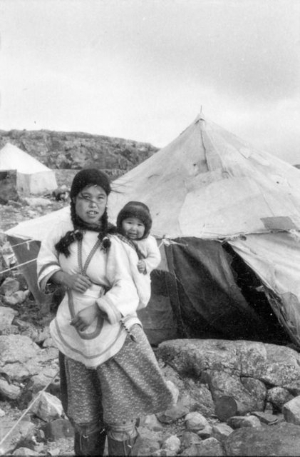 photo Young Inuit girl carrying a baby in her amauti hood